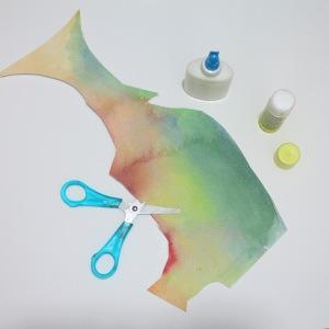 החומרים : ניירות צבועיים מראש במגוון צבעי אקוורל. מספרים. דבק סטיק או פלאסטי. בריסטול,קאפה או כל בסיס איכותי אחר.